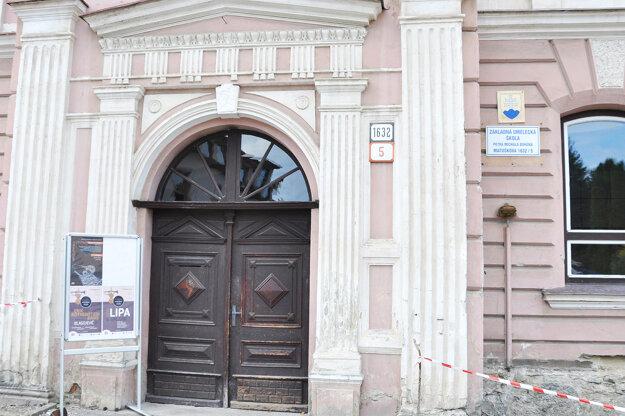 Aj nové dvere by mali zachovať pôvodný historický ráz.