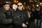 Ruskí policajti zasahujú proti demonštrantom.