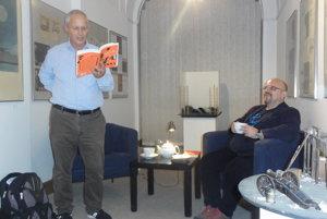 Vpravo moderátor Dado Nagy, vľavo Juraj Šebesta číta zo svojej knihy Keď sa pes smeje.