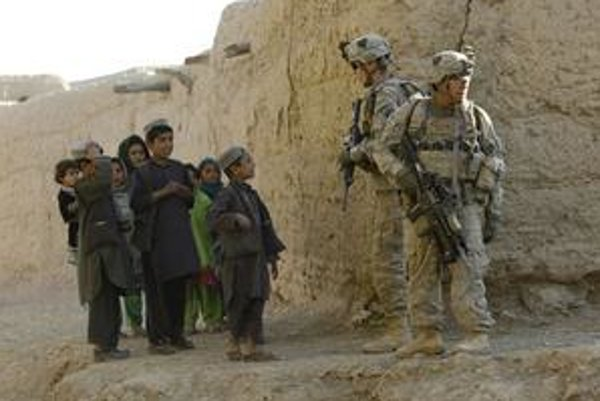 V Afganistane momentálne bojuje skoro 100 tisíc amerických vojakov. Keď sa v roku 2015 začnú sťahovať domov, má sa znížiť aj ich celkový počet v armáde.