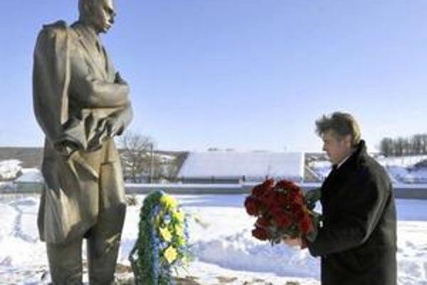 Juščenko pri Banderovom pamätníku.