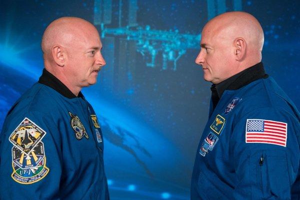 Astronauti a dvojičky Mark Kelly (vľavo) a Scott Kelly.