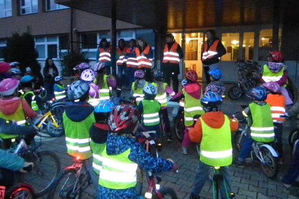 Deti vsprievode svojich rodičov prišli na bicykloch spoužitím reflexných prvkov.