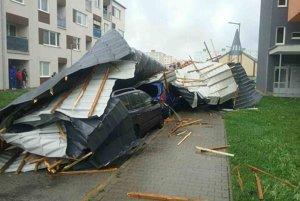 Vietor na Záhorí doslova zroloval strechu a zhodil ju na autá.
