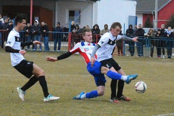 Futbalisti Šoporne (v bielom) doma porazili nováčika 4:1. Archívna snímka je zo zápasu v Pate.