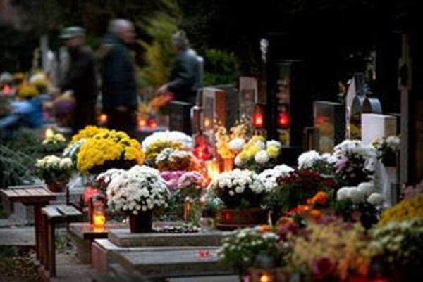 Cintoríny sa zapĺňajú ľuďmi, na hroboch pribúdajú zapálené sviečky, chryzantémy. Tie sprevádzajú naše nostalgické myšlienky.