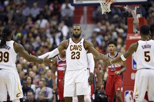LeBron James (v strede).
