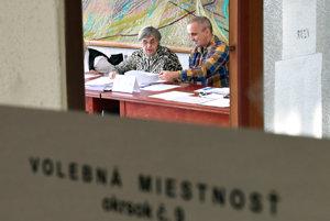 Členovia okrskovej volebnej komisie počas volieb do orgánov samosprávnych krajov v Košiciach.