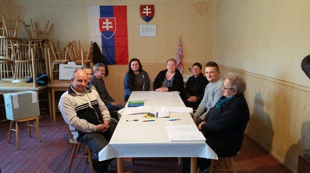 Na snímke okrsková volebná komisia vo volebnej miestnosti v dedine Poproč v Rimavskosobotskom okrese, ktorá je najmenšou obcou Banskobystrického samosprávneho kraja počas volieb do orgánov samosprávnych krajov.