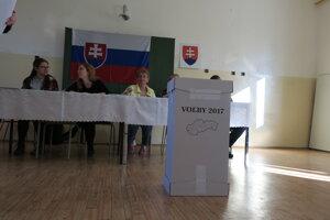 Z volieb v Piešťanoch, volí sa už od siedmej rána.