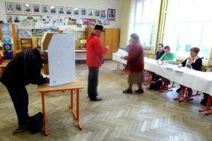 V Sučanoch chodí zatiaľ voliť najmä staršia generácia.