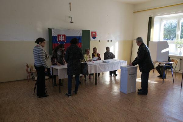 Volebná miestnosť na ulici Pod Párovcami v Piešťanoch.