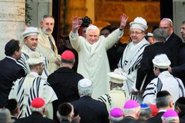 Pápež Benedikt XVI. včera navštívil rímsku synagógu. Hlavný taliansky rabín neprišiel. Nepáči sa mu, že pápež dal súhlas s blahorečením svojho kontroverzného vojnového predchodcu Pia XII.