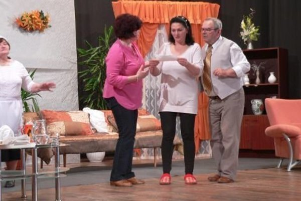 Súbor Inovec v repertoári komédiu Klamala – nesklamala.