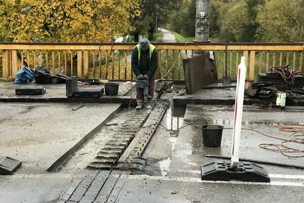 Oprava starého cestného mosta v Trenčíne.