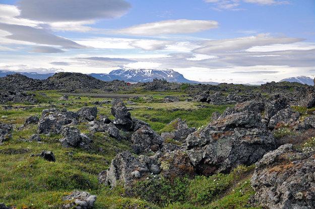 Lávové pole plné kameňov, ktoré sa náročne opracúvajú.