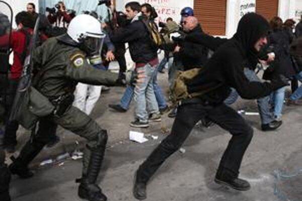 V uliciach Atén niektorí demonštranti bojovali s políciou. Celkovo ich vyšlo do ulíc podľa odhadov až 12-tisíc.
