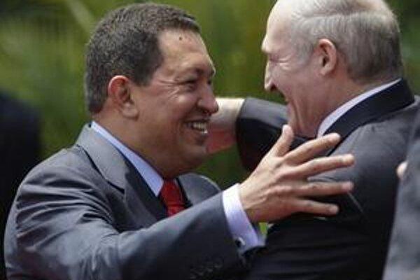 Chávez víta Lukašenka. Sympatia či spoločné ciele?