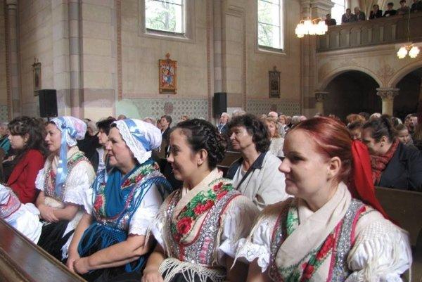 V kostole zaniknutej obce Horné Opatovce na nedávnom stretnutí rodákov.