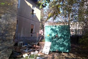 Bytový dom na Predmestskej ide k zemi.