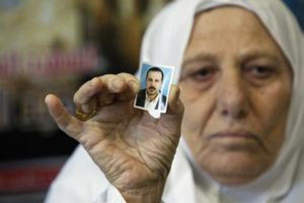 Matka zavraždeného Mahmúda Mabhúha drží v ruke jeho portrét.