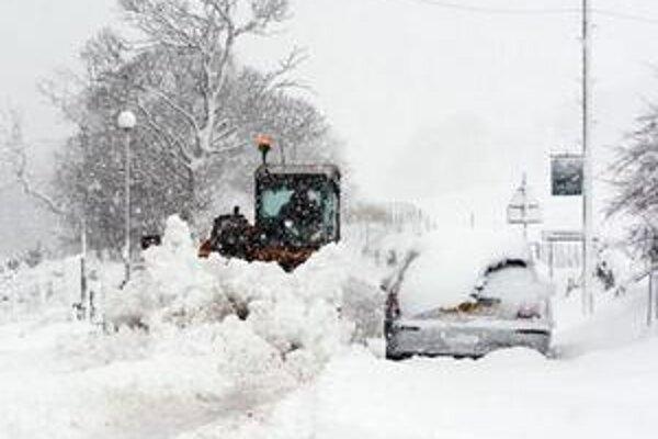 Farmár odpratáva sneh z hlavnej cesty v Carronbridge v centrálnom Škótsku.