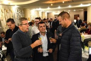 Oslava víťazstva. Jozef Ondáš (vľavo) si pripíja s novozvoleným poslancom župy Igorom Petrovčikom (vpravo), ktorý spolupracoval s Rastislavom Trnkom aj v boji proti spoplatnenému parkovaniu v réžii firmy EEI.