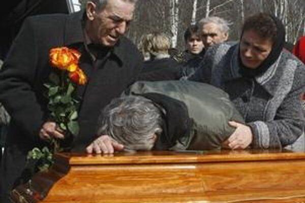 Príbuzní zosnulého 20-ročného vysokoškolského študenta Maxima Marejeva, ktorý zahynul pri samovražedných útokoch v moskovskom metre.