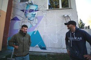 Alex a Miro tvoria maľbu dievčaťa v zajatí geometrických tvarov.