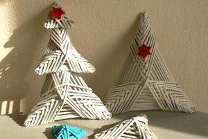 Milí vianočný stromček vytvoríte spojením troch trojuholníkov upletených z papiera.