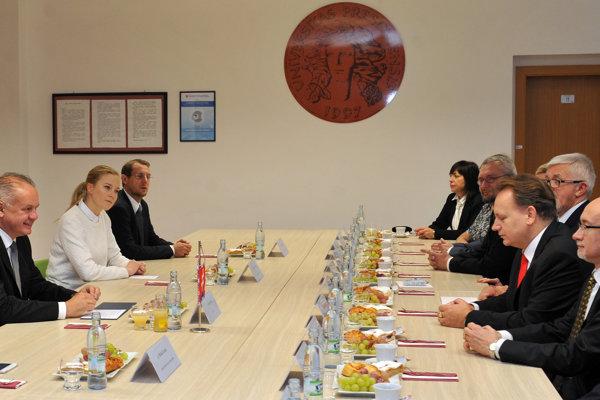 Prezident SR Andrej Kiska (vľavo) a rektor PU Peter Kónya (tretí sprava) počas návštevy prezidenta na Prešovskej univerzity (PU) v Prešove.