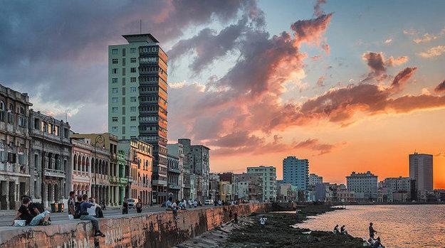 Nábrežie v Havane je miestom spoločenského života.