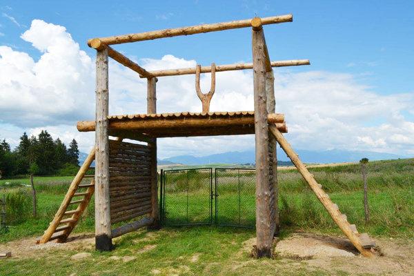 Replika vstupnej brány.