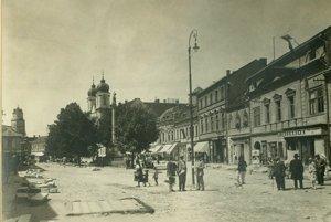 Masarykovo námestie v Trenčíne počas úpravy ciest v rokoch 1927 – 1928. Na fotografii sú opäť zachytení trenčiansky starosta Rudolf Misz (v kňazskom odeve) a pracovníci mestského úradu zodpovední za úpravy – A. Maráky a E. Blažek.