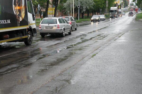 Cesta na križovatke pri vstupe do Prievidze od Novák je v zlom stave.