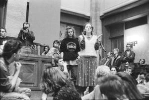 Po brutálne potlačenej demonštrácii v Prahe v novembri 1989 to v aule Univerzity Komenského v Bratislave vrelo a študenti čakali v rade na mikrofón.