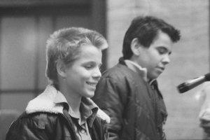 """Dvaja chlapci zo základnej školy na Košickej ulici v aule rozprávali o tom, ako v triede zvesili obraz Gustáva Husáka a dali ho do kúta. Dekan to odsúdil ako """"hlboko barbarský akt""""."""