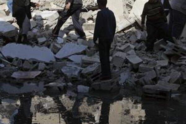Palestínčania medzi troskami budov Hamasu.