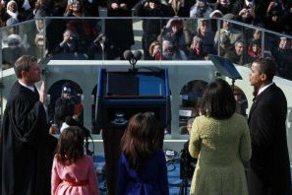 Barack Obama prisahá na Bibliu.
