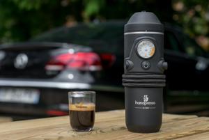 Handpresso Auto - Skvelý pomocník pre všetkých milovníkov kávy na cestách. Chutné espresso vám pripraví priamo vo vašom aute už za tri minúty. Obchod Pressíčko ho na svojej stránke ponúka za 171 eur.