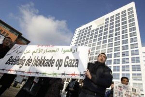 Palestínsky demonštranti pred Medzinárodným trestným súdom v Haagu.