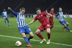 Tréner Herthy Berlín nie je spokojný s výkonmi Ondreja Dudu (vľavo).