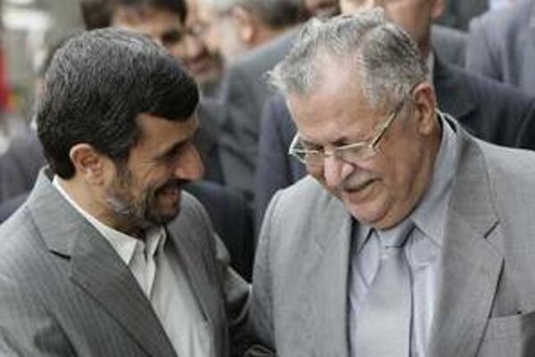 Iránsky prezident Mahmúd Ahmadínedžád víta Jalala Talabaniho v Teheráne