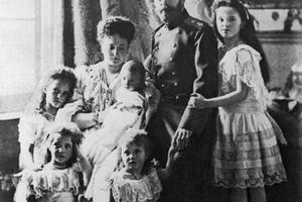 Cár Mikuláš II. uprostred rodiny.