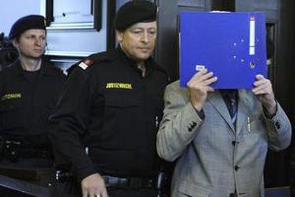 Fritzl prichádza na súd.