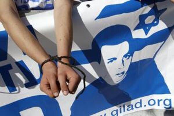 Protest na záchranu uneseného izraelského voja Gilada Šalita.