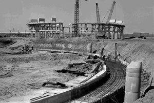 Z výstavby jadrovej elektrárne voronežského typu V 2 v Jaslovských Bohuniciach. Na archívnej snímke z 25. apríla 1978 zamestnanci n.p. Armabetón Praha počas betonárskych prác chladiacich veží č.1 a 3.
