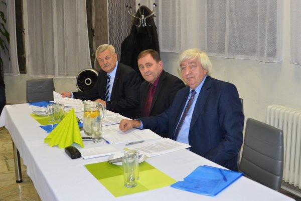 Zľava hosť konferencie predseda SOFZ J. Svarc, predseda ObFZ Rožňava J. Džubák apodpredseda ObFZ Rožňava J. Chanas.