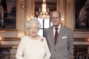 Na snímke z novembra 2017 britská kráľovná Alžbeta II. a princ Philip pózujú vo Windsore.