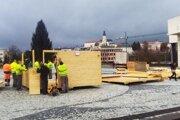 Dnes začali na námestí stavať vianočné stánky.